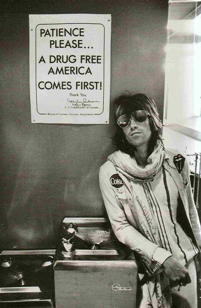 Keith Richards in Seatle airport on the 1972